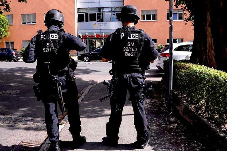 Schwer bewaffnete Spezialkräfte vor dem Gebäude.