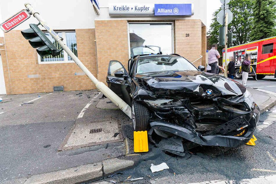 Eins der Autos wurde bei dem Unfall schwer beschädigt.