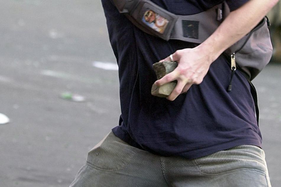 Die Polizei sucht nach einem Steinewerfer. (Symbolbild)