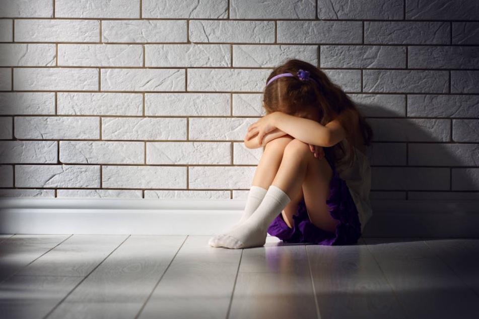 Die beiden Kinder sollen jahrelang unter ihrem Vater gelitten haben. (Symbolbild)