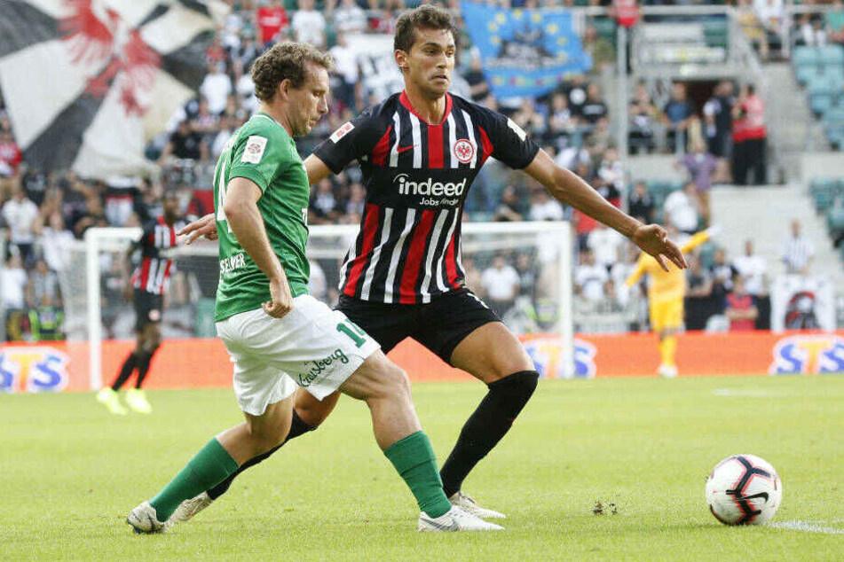 Eintrachts Lucas Torro (r.) im Zweikampf mi Konstantin Vassiljev (l.): Der Spanier schoss im Hinspiel das zwischenzeitliche 0:1 für die SGE.