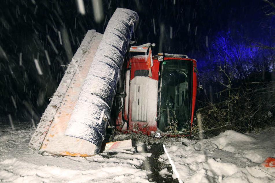 Ein Fahrzeug des Winterdienstes liegt am neben der B312 bei Uttenweiler. Der Fahrer des Schneepfluges war auf der mit Schnee bedeckten Straße von der Fahrbahn abgekommen und auf die Seite gekippt.