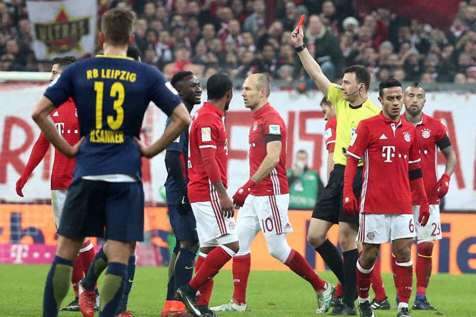 Rote Karte für Emil Forsberg nach einem Foul an Philipp Lahm.