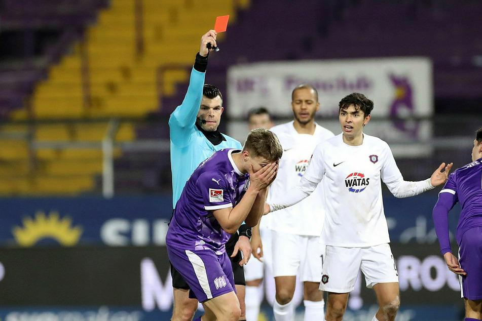 Schiri Alexander Sather zeiget dem VfL-Lama sofort die Rote Karte.