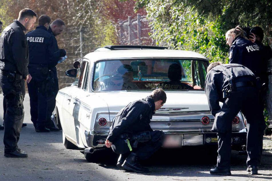 Polizisten kontrollieren einen aufgemotzten Wagen (Symbolfoto).