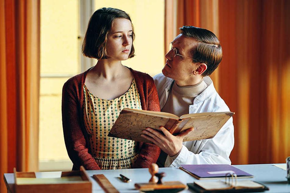 Nete (l., Fanny Leander Bornedal) befindet sich im Mädchenheim in den Fängen des skrupellosen jungen Dr. Wad (Elliott Crosset Hove).