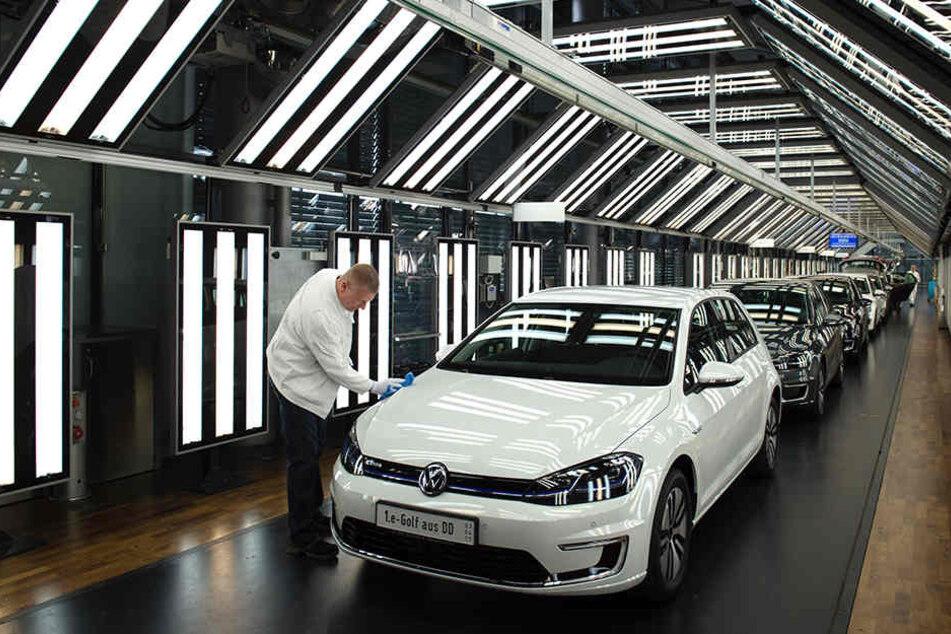In Dresdens Gläserner Manufaktur wird die Produktion der Strom-Golfs erhöht.