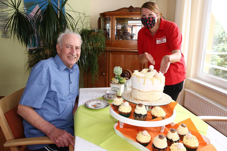 Lecker! Hobby-Konditorin und Pflegeassistentin Franziska Möckel überrascht Bewohner Ulrich Stöckel mit einer Torte und Cupcakes.
