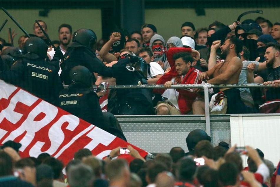 Die Polizei ging äußerst rabiat gegen die Bayernfans vor. Auslöser soll ein nicht genehmigtes Transparent gewesen sein.