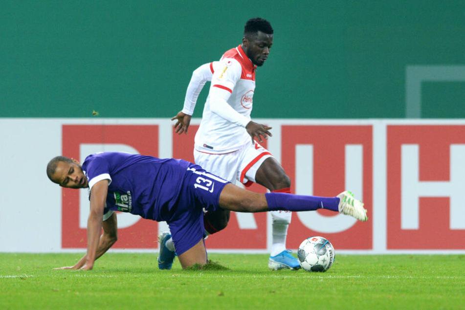 Den Gegner mit (fast) allen Mitteln stoppen - das ist die Aufgabe von Louis Samson und seiner Abwehr. In Düsseldorf bekam das auch Fortunas Nana Ampomah zu spüren...