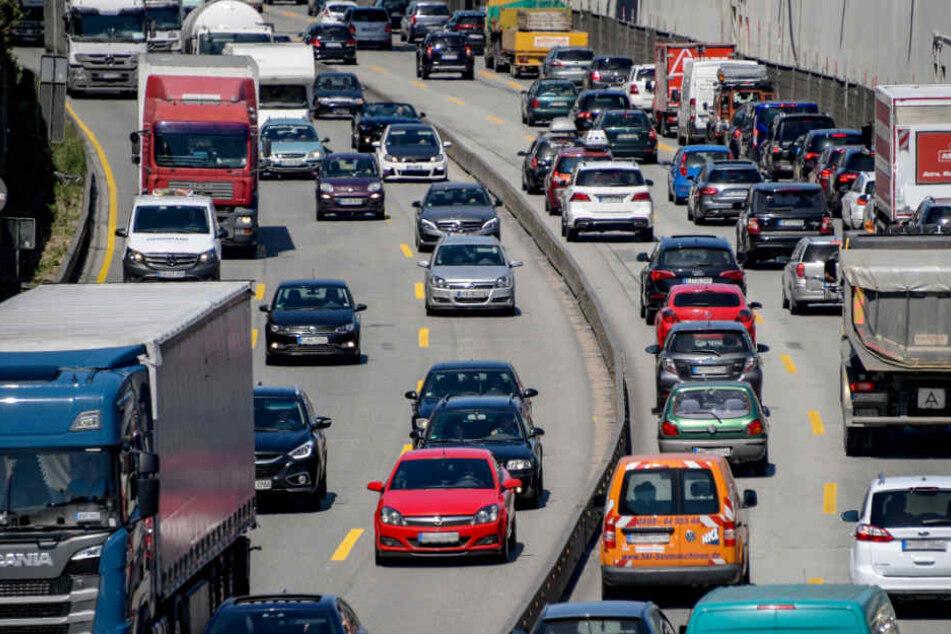 Nach dem Unfall kam es zu erheblichen Verzögerungen auf der A7. (Archivbild)