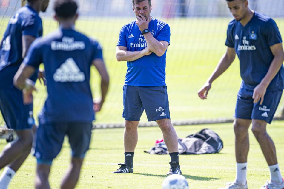 Hamburgs Trainer Dieter Hecking beobachtet die Spieler beim Trainingsauftakt.