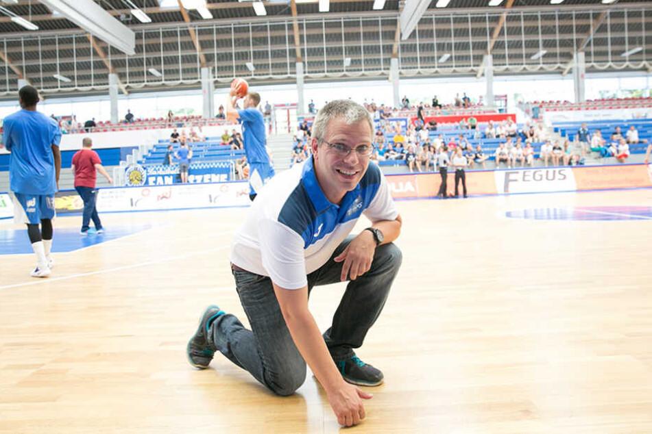 Geschäftsführer Peter Krautwald freut sich über den neuen Hallenboden für seine Titans.