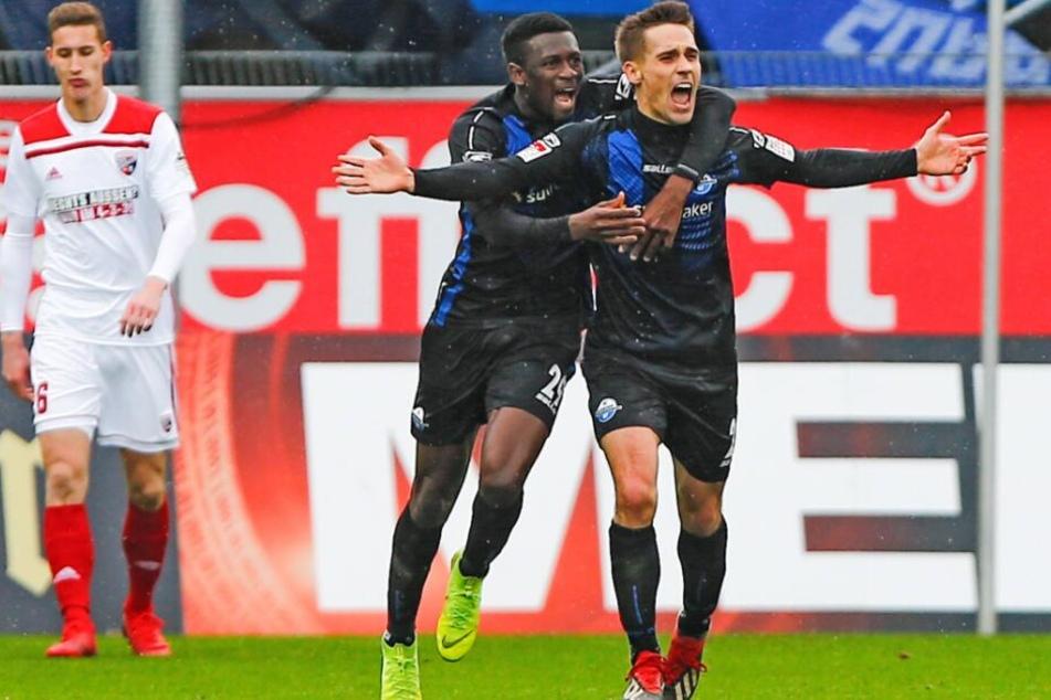 Jamilu Collins (l.) und Philipp Klement (r.) feiern dessen Treffer gegen den FC Ingolstadt.
