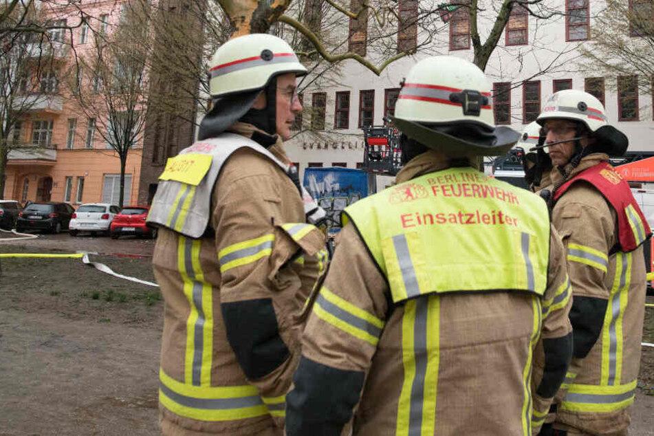 Wohnung steht komplett in Brand: Bewohner mit Drehleiter gerettet