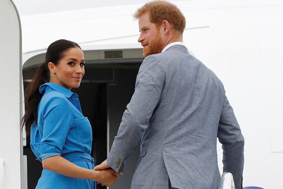 Meghan und Harry gemeinsam an ihrem Privatjet. Den Briten gefällt das nicht sonderlich gut.