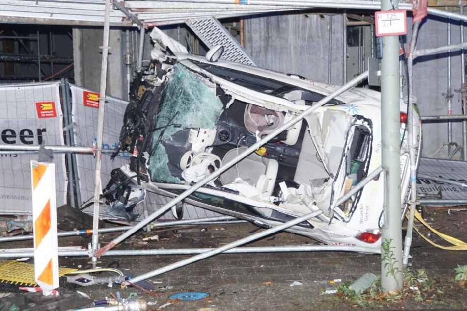 Der Fiat steckt hochkant in dem Baugerüst und ist völlig zerstört.
