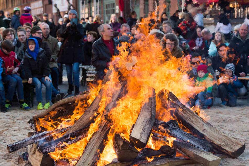 Die großen, brennenden Holzstapel stehen für das Licht der Sonne: Es sorgt für Fruchtbarkeit und vertreibt die bösen Geister des Winters, um den Frühling einzuläuten.