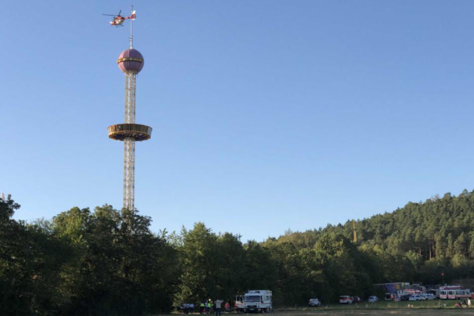 Ein Hubschrauber umkreist den Tower.