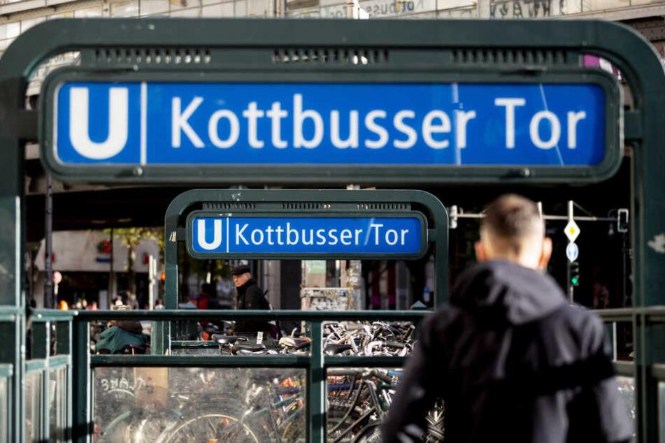 Ein Mann wurde in der Nacht zu Mittwoch in Berlin-Kreuzberg vor eine U-Bahn gestoßen und ist gestorben.