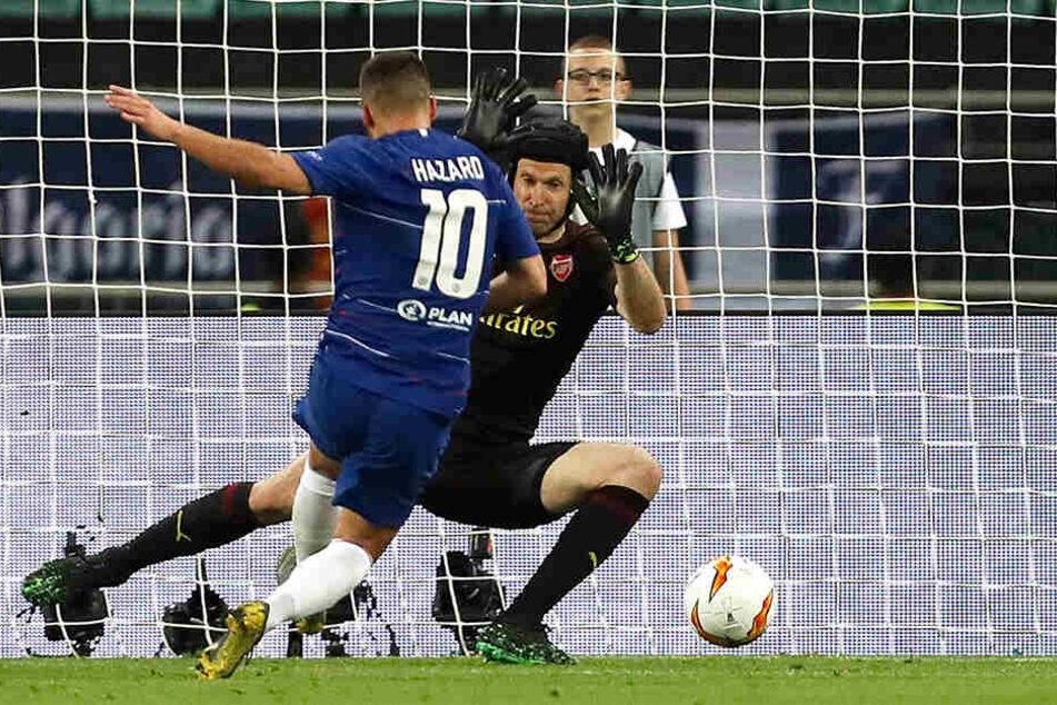 Sicher vom Elfmeterpunkt. Eden Hazard behält die Nerven und verwandelt gegen Peter Cech.