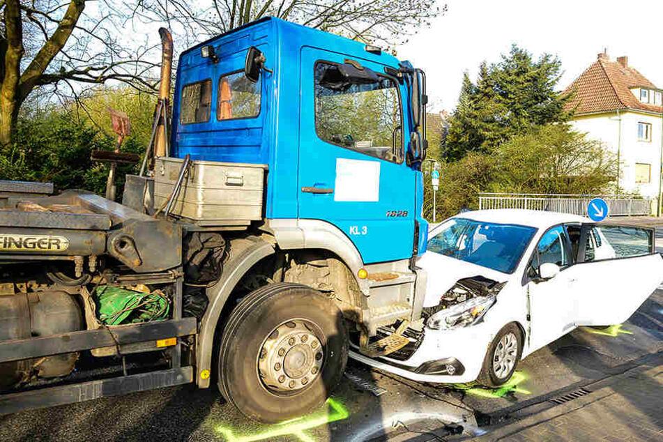 Der Lkw und der Peugeot stießen frontal zusammen.
