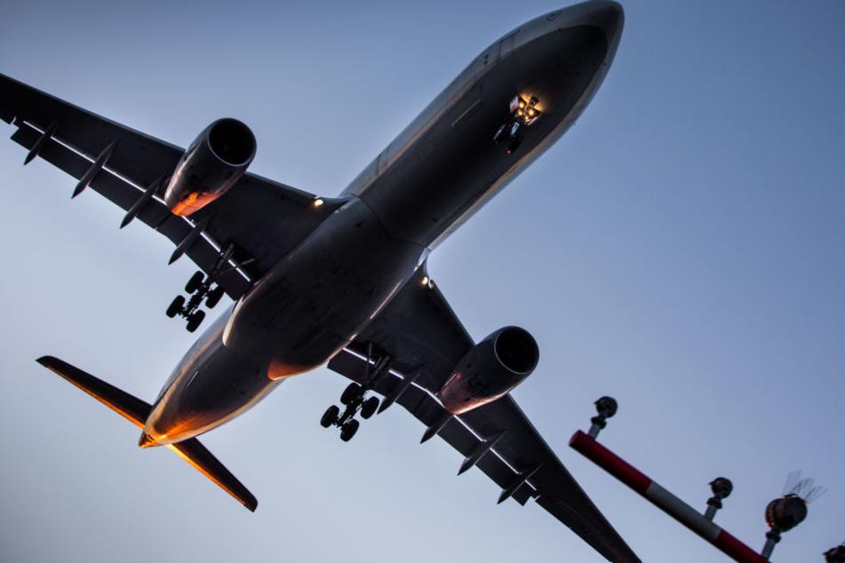 Eine Lufthansa-Maschine setzt zur Landung auf den Frankfurter Flughafen an. (Symbolbild)