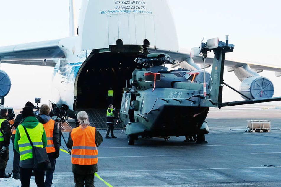 """Hier wird der erste von acht Kampfhubschraubern verladen, die zur Unterstützung der UN-Mission """"Miusma"""" nach Mali gebracht werden sollen."""