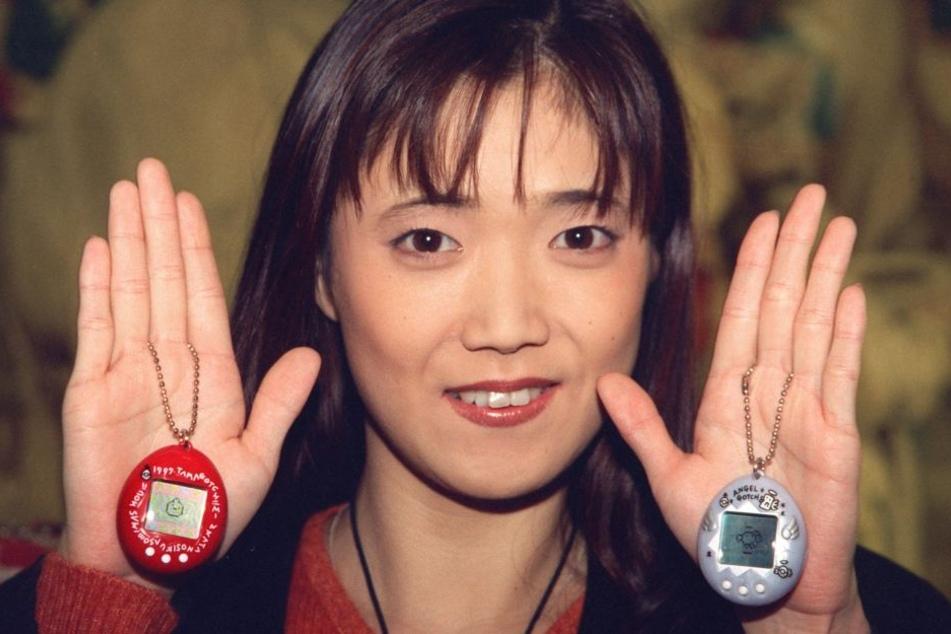 Tamagotchi-Erfinderin Aki Maita zeigt 1997 in Hamburg die elektronischen Quälgeister.