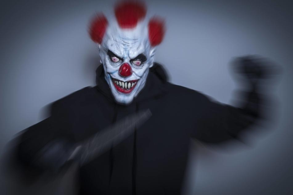 In München ging ein Clown mit einem Messer auf einen Mann los.