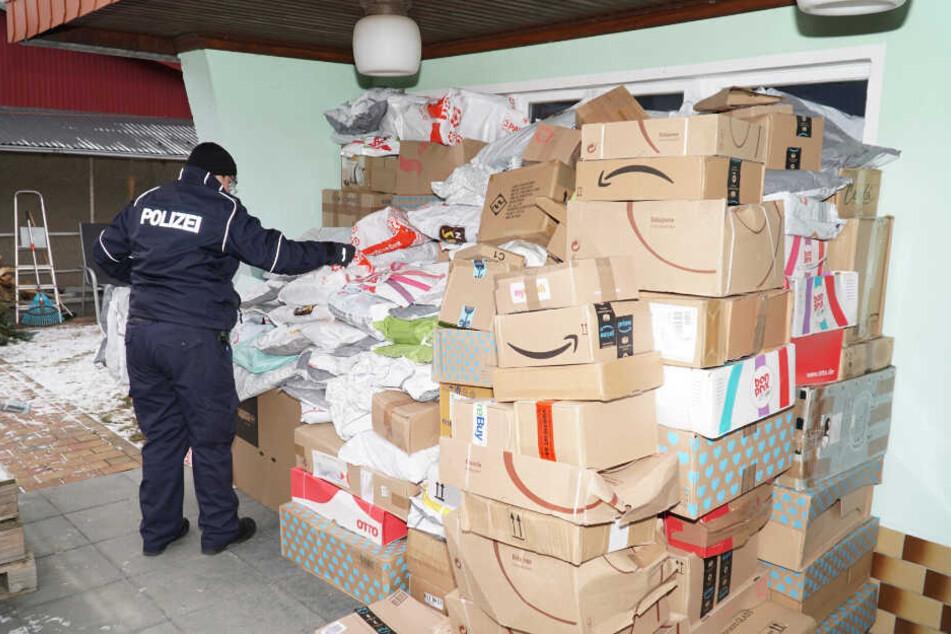 Bei der Durchsuchung des Tatverdächtigen, seines Fahrzeugs und seiner Sachen fanden Polizeibeamte zudem Betäubungsmittel in nicht unerheblicher Menge. (Archivbild)