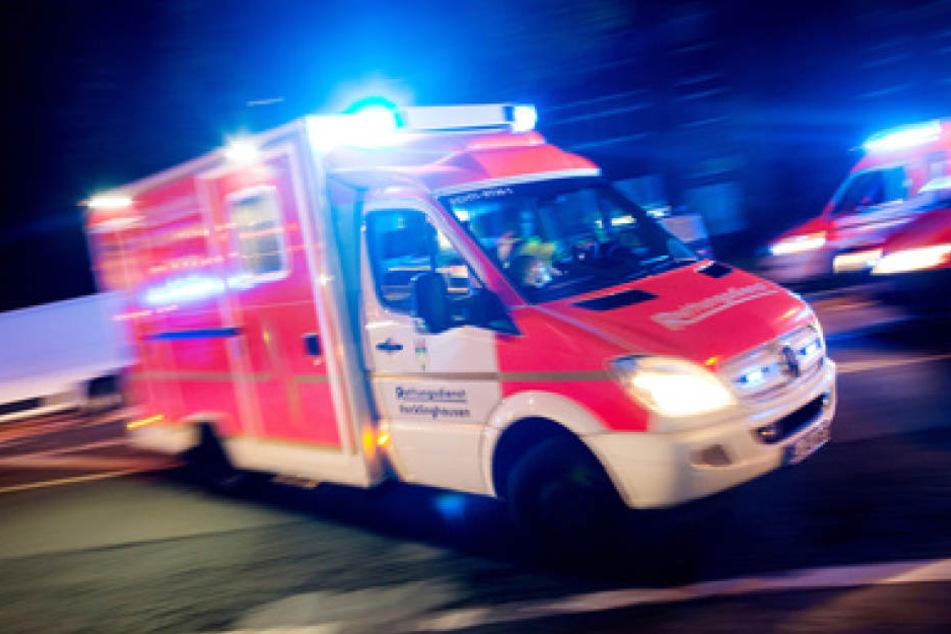 Der Verletzte (21) wurde von einem jungen Mädchen (20) gefunden, die eine Rettungsleitstelle informierte. (Symbolbild)