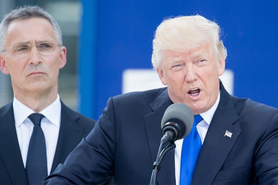 Donald Trump am 25.5.2017 beim NATO-Gipfel. Links neben ihm der NATO-Generalsekretär Jens Stoltenberg mit versteinerter Miene.