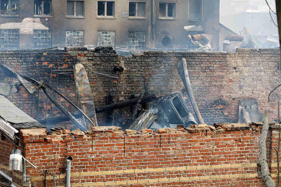 Von dem Produktionsgebäude blieb nach dem Großbrand nur eine Ruine stehen.
