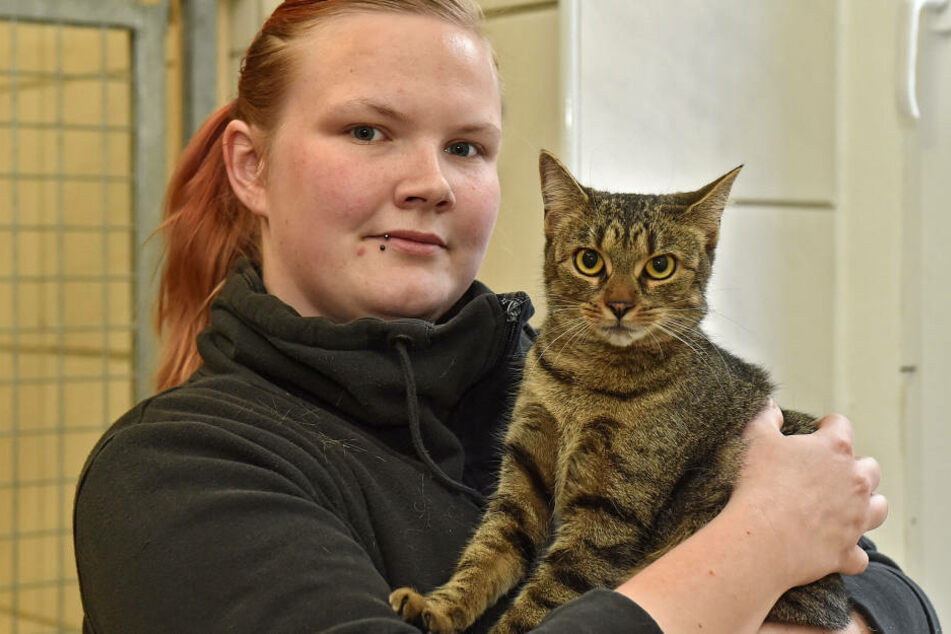 Tierpflegerin Sarah Taffelt (24) mit Katze Naumi (3).
