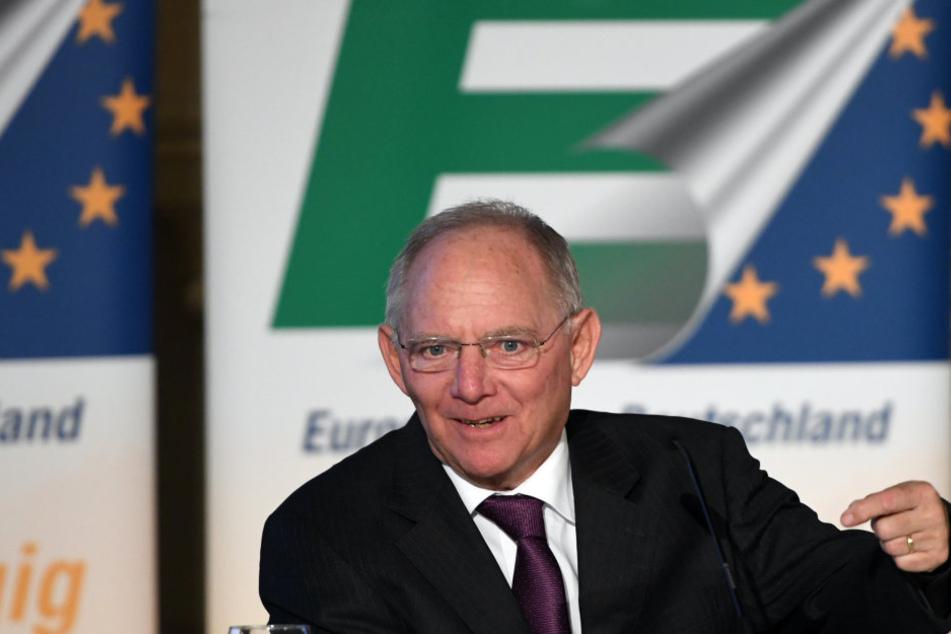 Wolfgang Schäuble hat 2016 nach einem Zeitungsbericht einen Haushaltsüberschuss von sieben Milliarden Euro erzielt.