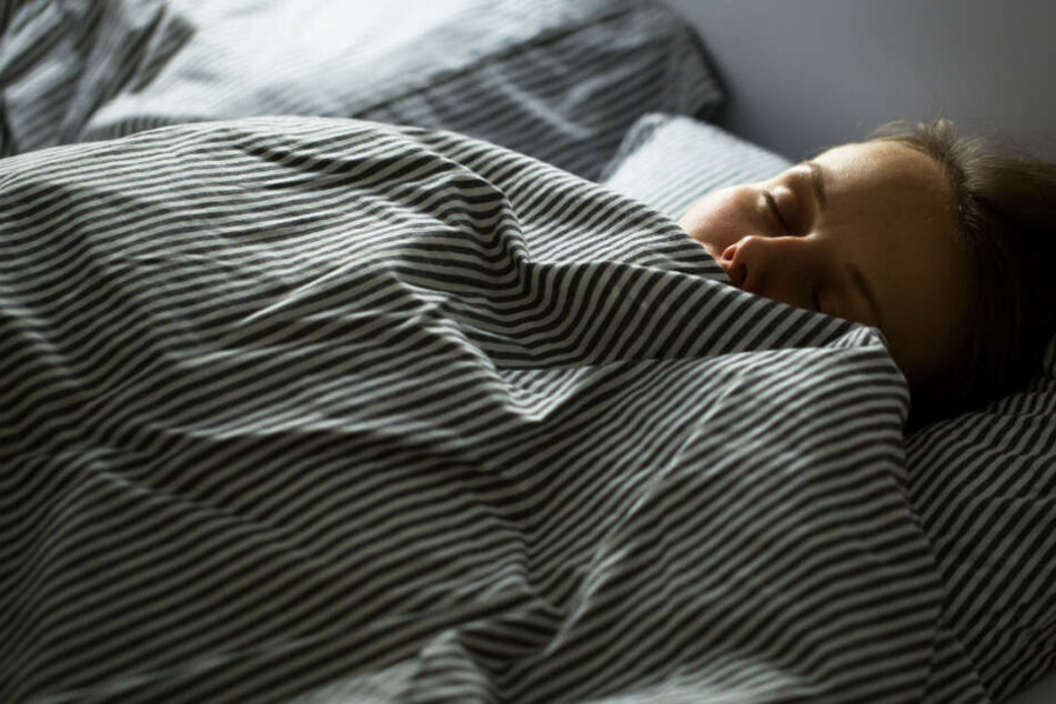 Fremder Mann legt sich einfach zu Frau in deren Hotelbett, dann wird es richtig schockierend
