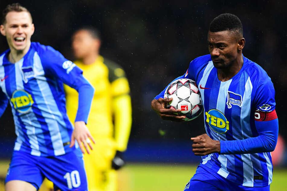 Führte seine Mannschaft als Kapitän aufs Feld und erzielte mit all seiner Erfahrung und Abgeklärtheit einen Doppelpack für Hertha BSC: Salomon Kalou (r.).