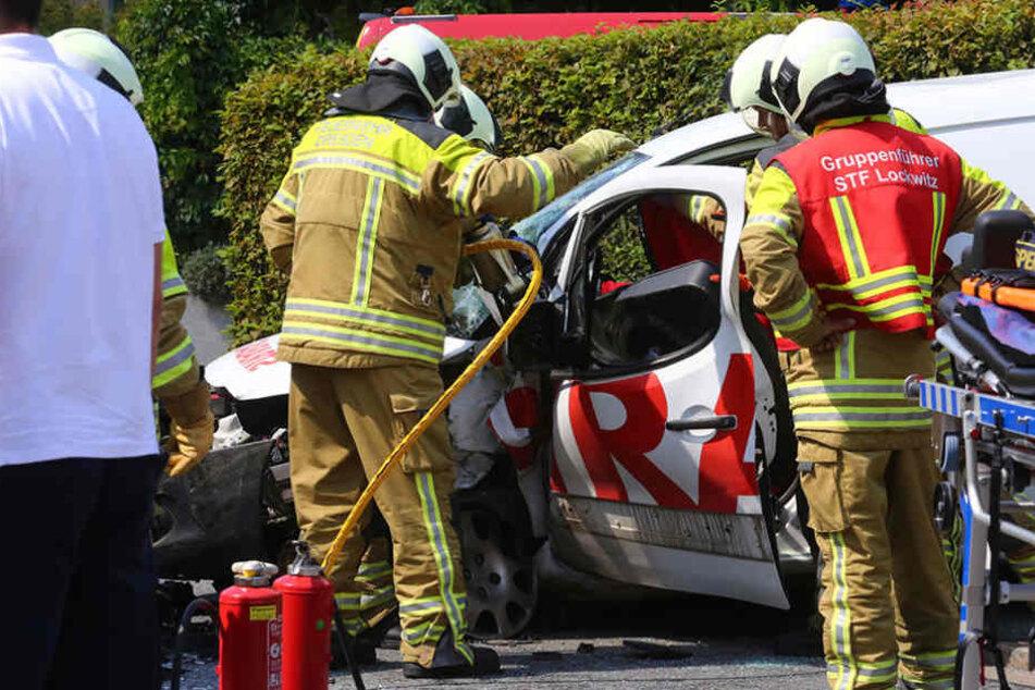 Die Rettungskräfte kümmern sich um den Fahrer des Kleintransporters.