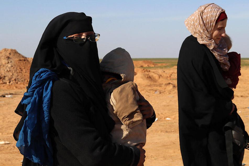 Seine Frauen Sabina (34, l.) und Lenora M. (19) bestätigten die Festnahme Lemkes.