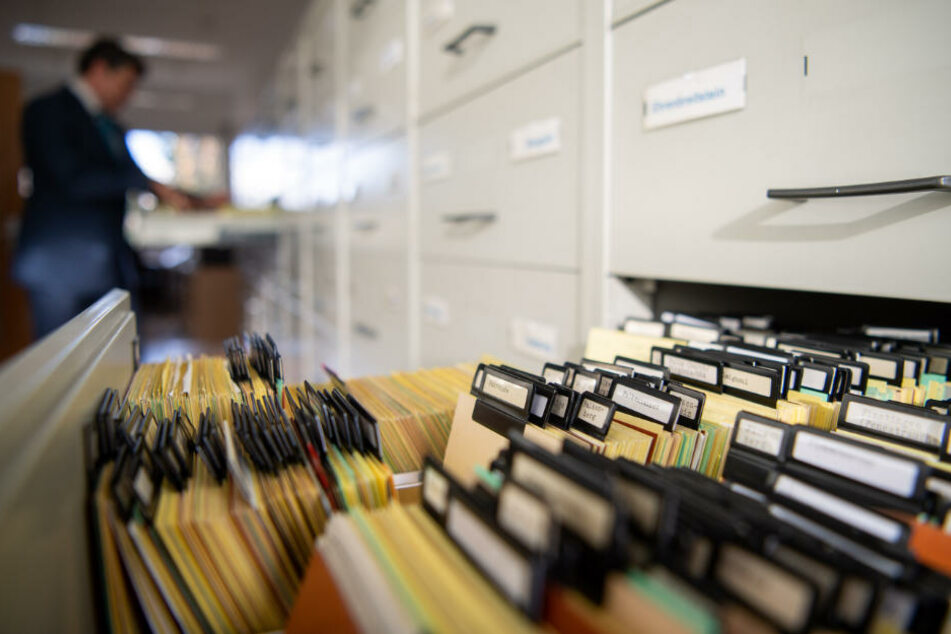 Karteikarten stecken im Archiv der Zentralen Stelle der Landesjustizverwaltung zur Aufklärung nationalsozialistischer Verbrechen.