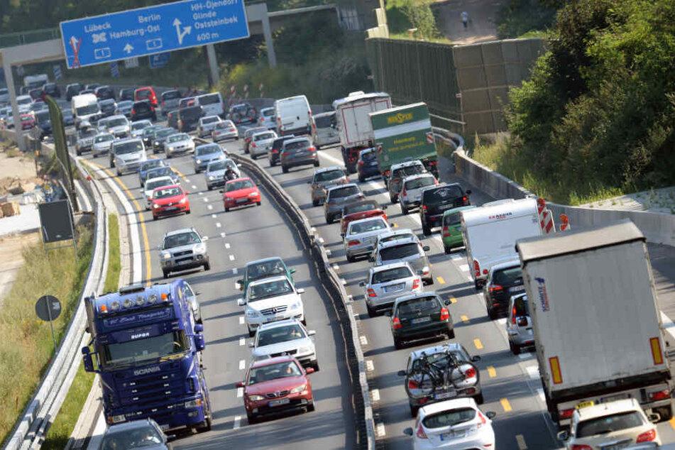 Nach ersten Erkenntnissen der Polizei überholte die Frau auf der A1 im Baustellenbereich einen Lastwagen.