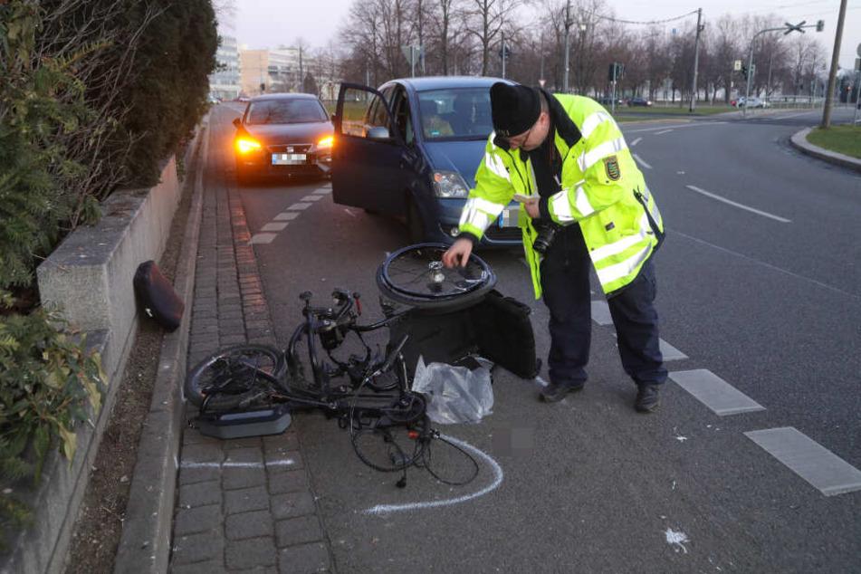 Ein Polizeibeamter begutachtet den beschädigten Rollstuhl.