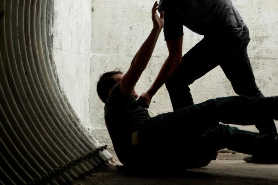 Immer wieder schlug der Unbekannte auf den Kopf seines Opfers (Symbolfoto).
