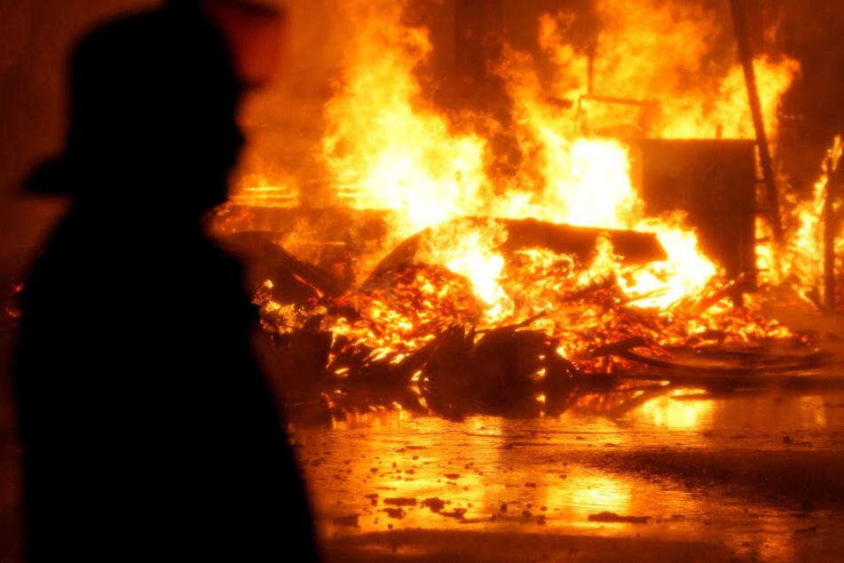 Der Stall in Oberbayern brannte komplett nieder. (Symbolbild)