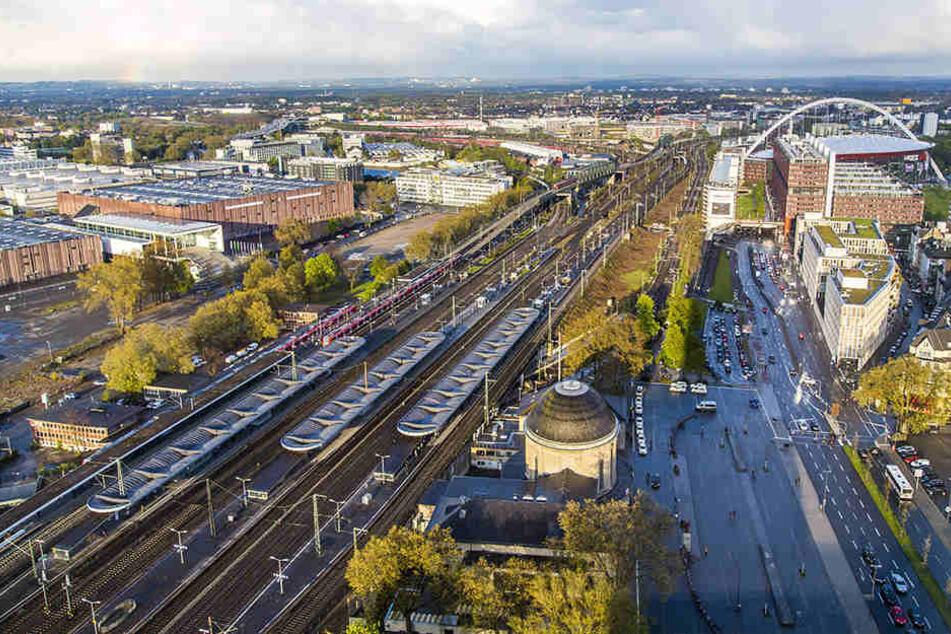 Von der Räumung betroffen sind unter anderem der ICE-Bahnhof Köln-Deutz, die Messe und die Hauptverwaltung des Chemiekonzerns Lanxess.