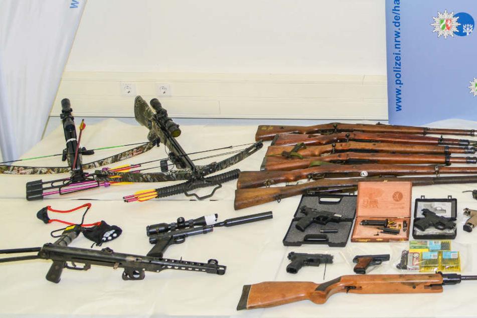 Auch Bögen, Pistolen und Gewehre wurden gefunden.