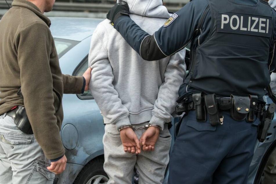 Bundespolizisten verhaften einen Mann (Symbolbild).