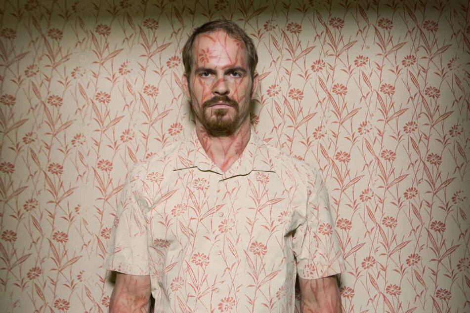 Frank (Marc Ben Puch) beschreibt, dass er sich zunehmend unsichtbar fühlt; nicht wahrgenommen und übergangen von seinem Umfeld.