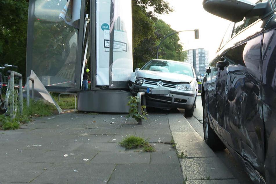 An beiden Autos und der Litfaßsäule sind die Schäden deutlich zu sehen.